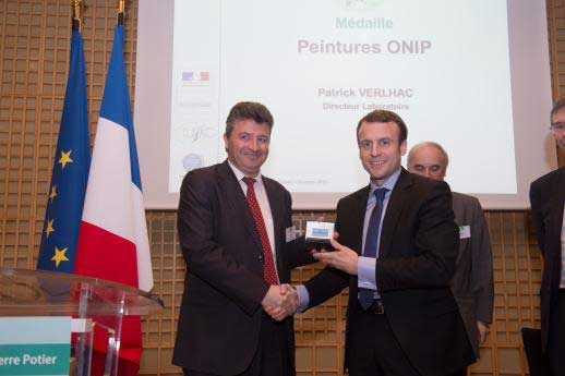 Médaille pour Onip reçue par Emmanuel Macron